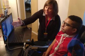 Mujer y niño mirando la pantalla del computador
